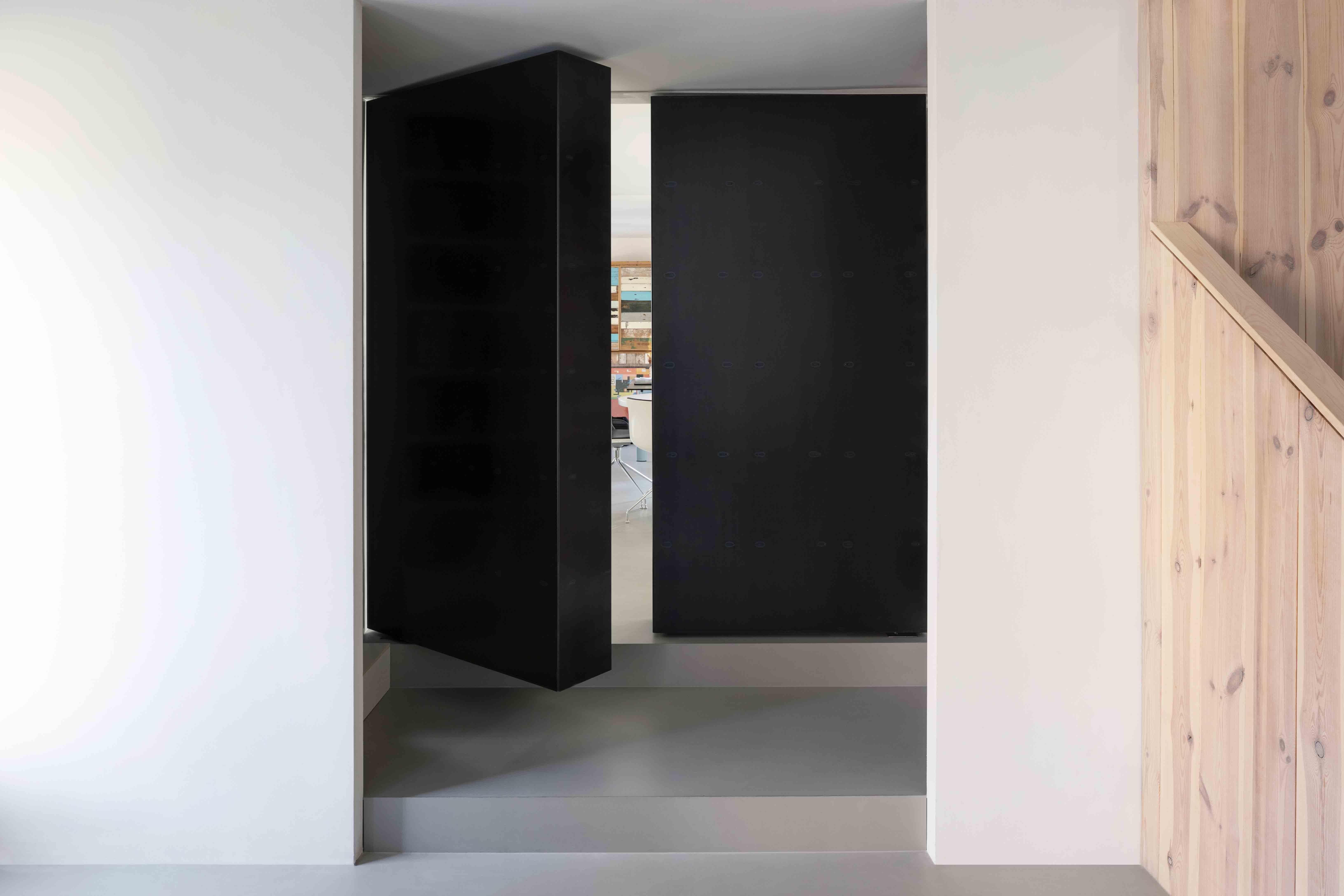 Pivoterende boekenkast door Ernst Hoek, Hoek & de Wit Architecten, met taatssysteem System M van FritsJurgens