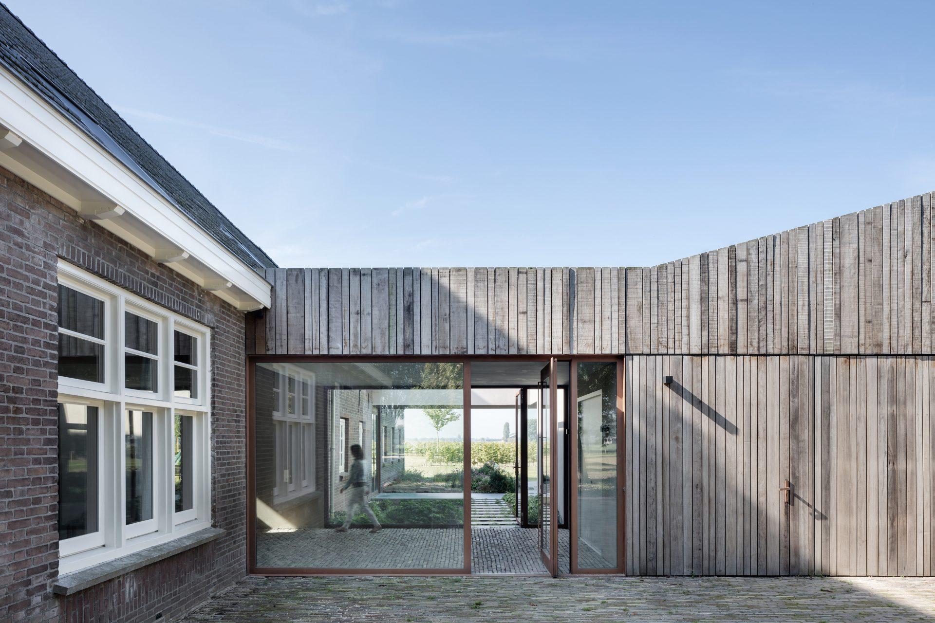 taatsdeur-hout-pivot-deur-in-de-aanbouw-fritsjurgens.jpg