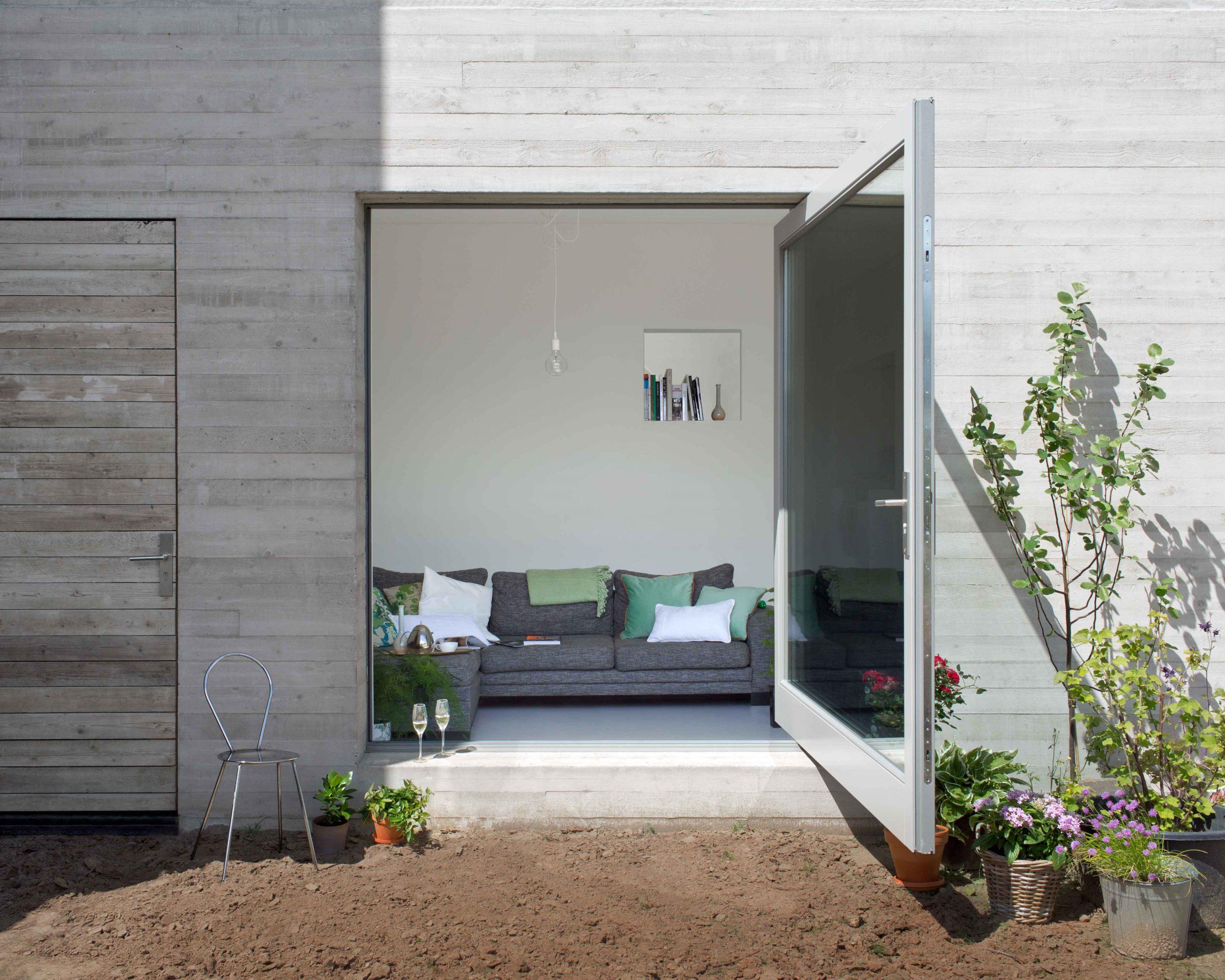 grande-porta-a-battente-in-vetro-sul-giardino-con-telaio-in-acciaio-bianco-1-fritsjurgens-1-scaled.jpg