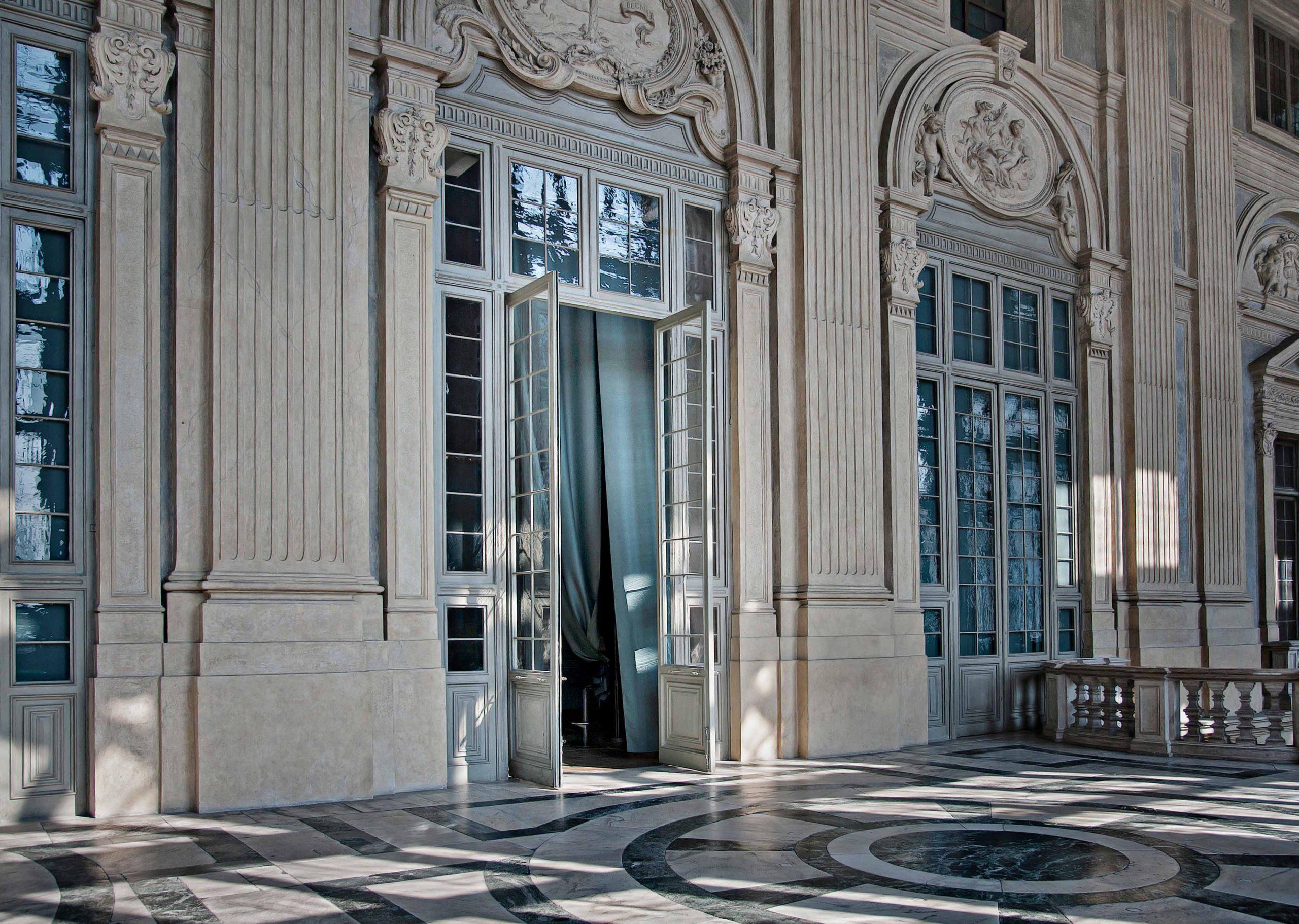 portes-pivotantes-en-bois-charnieres-invisibles-de-fritsjurgens-palazzo-madamme-scaled.jpg