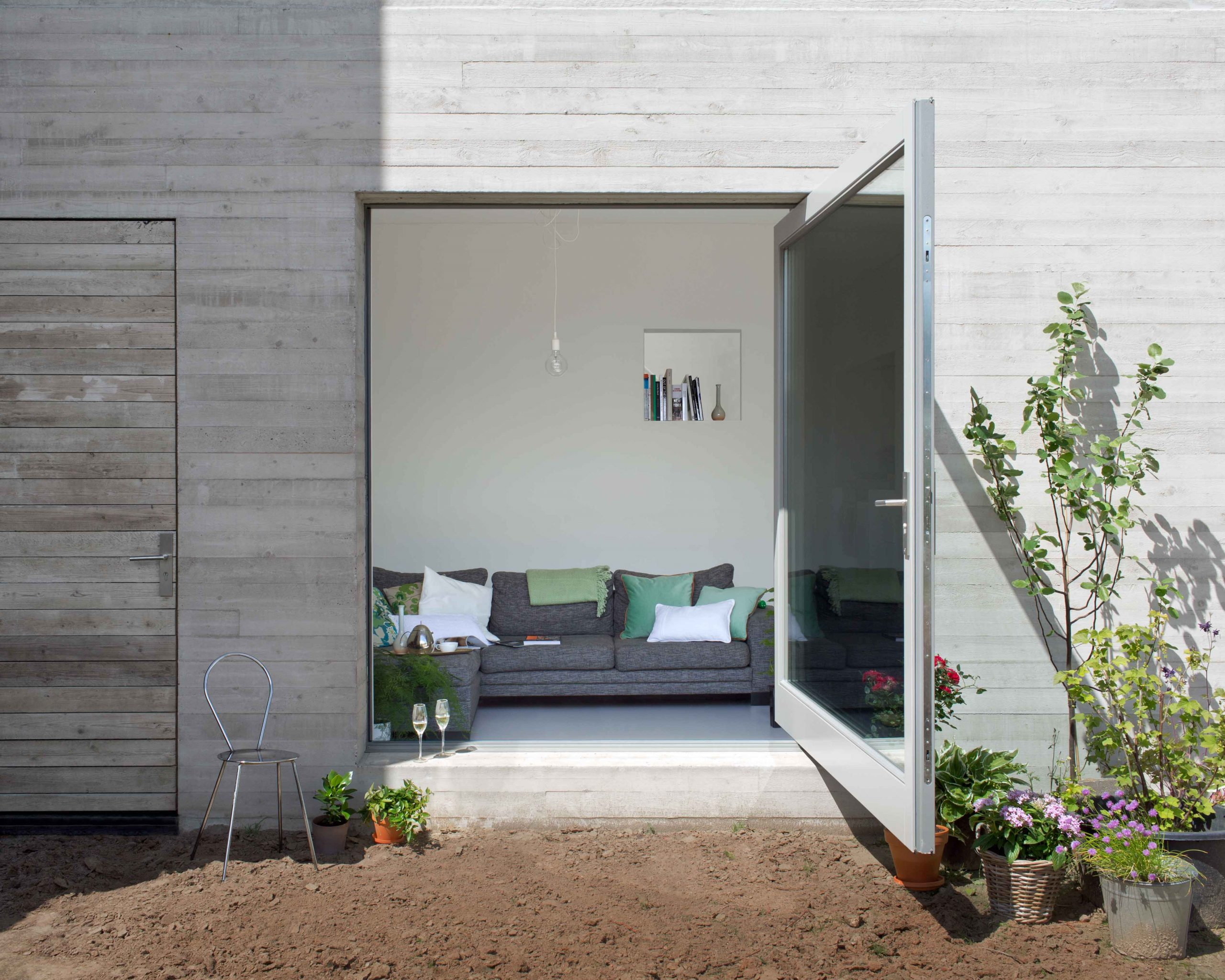 grande-porte-pivotante-en-verre-vers-le-jardin-avec-cadre-en-acier-blanc-fritsjurgens-scaled.jpg